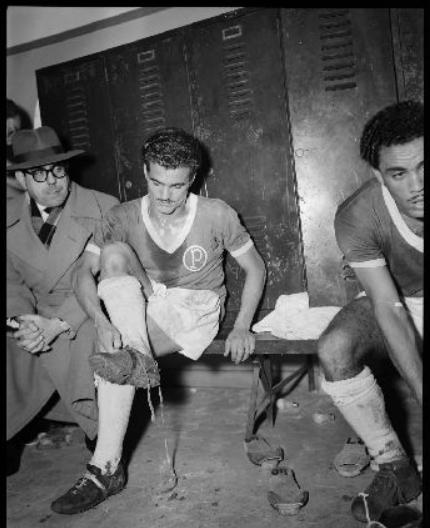 Achilles, autor do primeiro gol, desamarra a chuteira ao lado de Liminha (à esq.) e do diretor Artur Amato