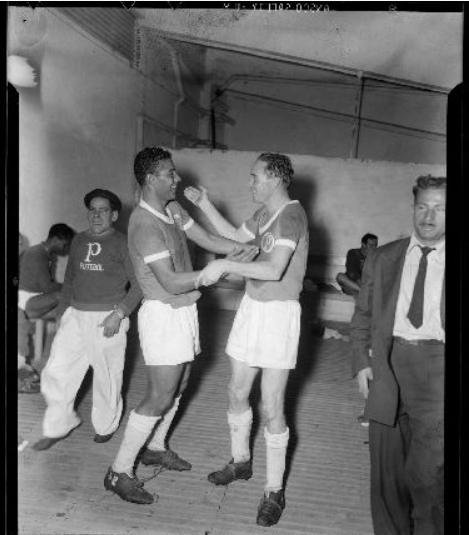 O ponta-esquerda Rodrigues (à esq.) comemora com o meia-atacante Lima