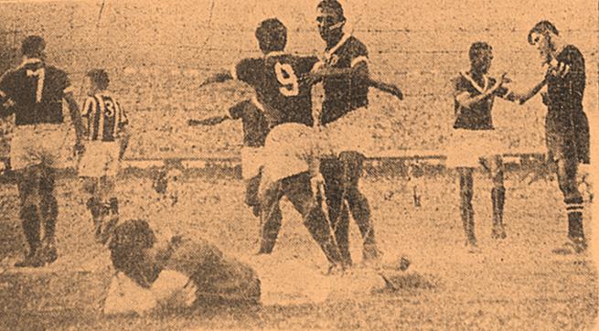 Jogadores comemoram o gol marcado pelo camisa 9 palmeirense