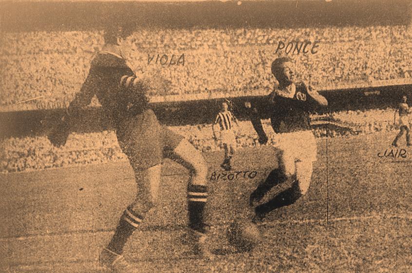 O atacante Ponce de Leon disputa bola com o goleiro Viola
