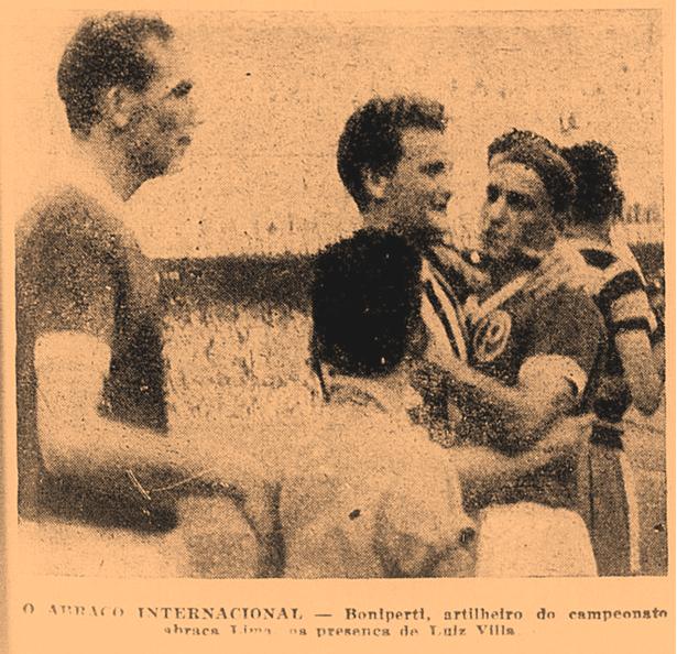 Boniperti, artilheiro do campeonato, abraça Lima, observados por Luiz Villa