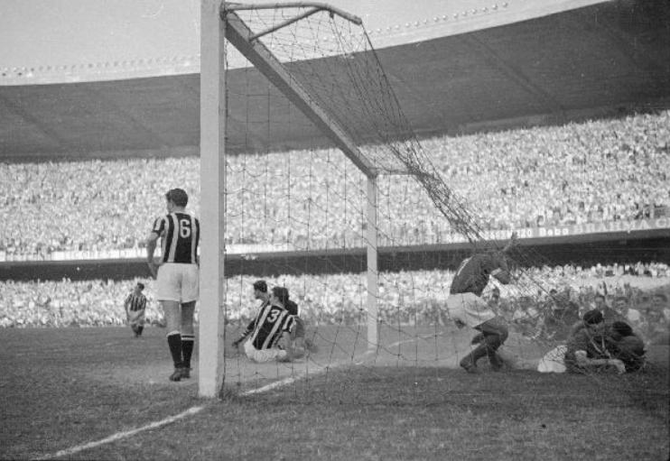 Momento do segundo gol do Palmeiras, marcado por Liminha