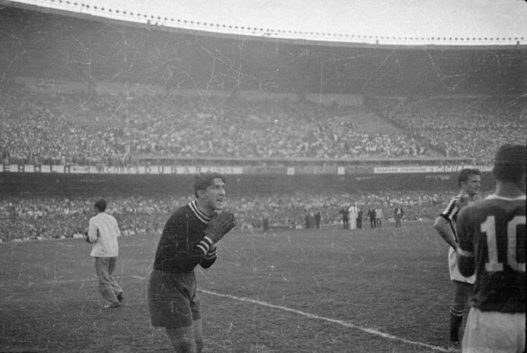 O goleiro Viola ficou inconformado com o gol de Liminha