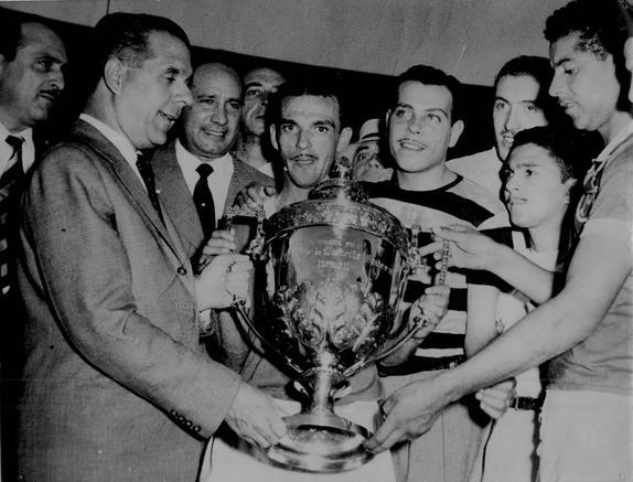 O capitão Jair Rosa Pinto ostenta o troféu da Copa Rio