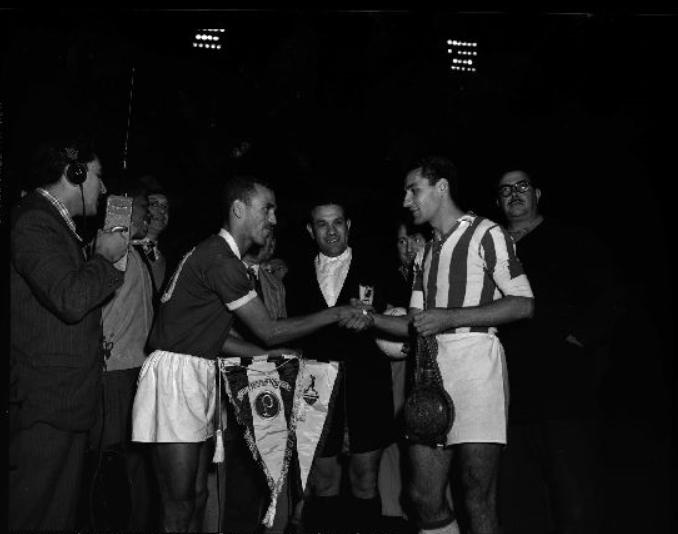 O capitão Jair Rosa Pinto troca flâmula com o capitão iugoslavo antes do jogo
