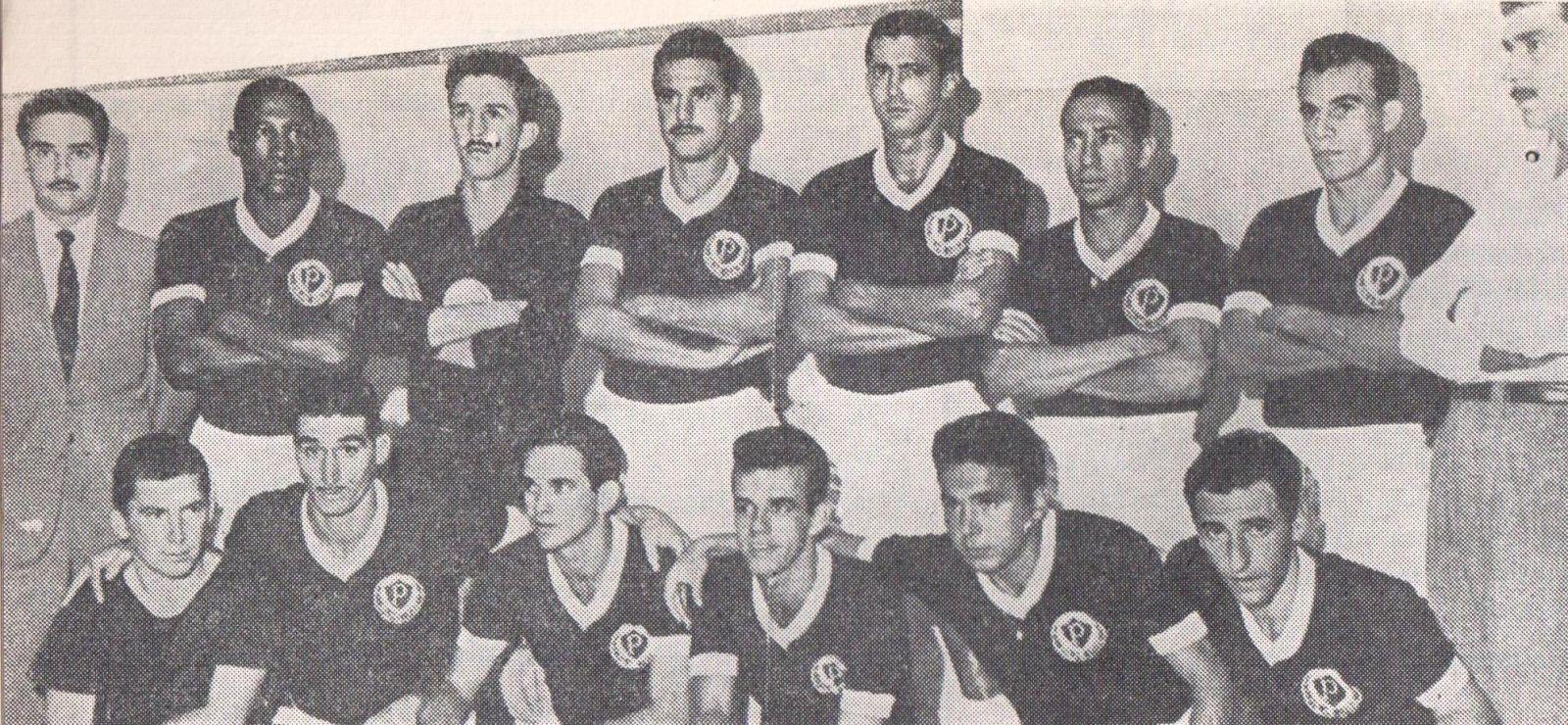 Em pé: Djalma Santos, Valdir, Valdemar Carabina, Aldemar, Zequinha e Jorge; agachados: Julinho, Humberto Tozzi, Romeiro, Chinesinho e Cruz