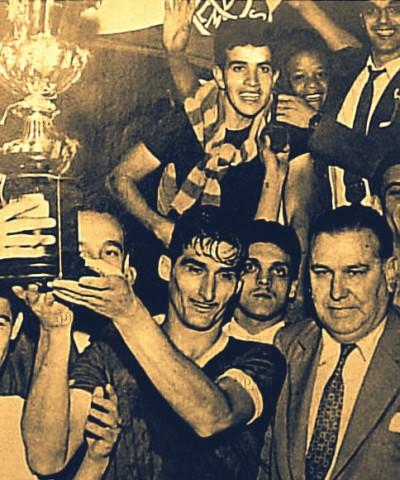 O capitão Julinho Botelho ergue a taça do primeiro título brasileiro da história do Palmeiras